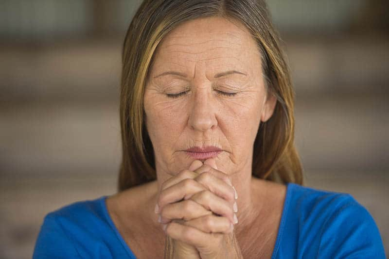 christian woman praying for an obedient heart